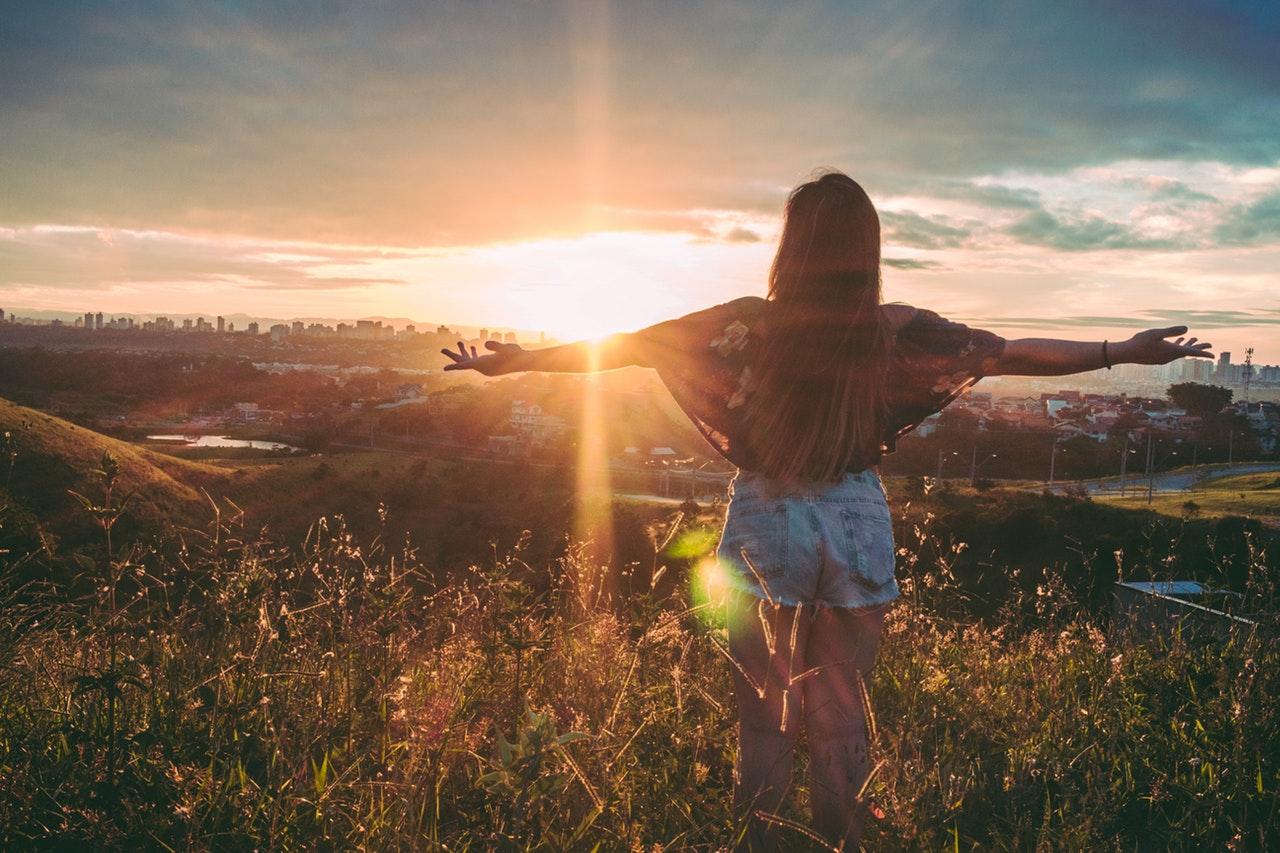 Kvinna i solnedgång